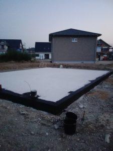 Bodenplatte mit Bitumen-Voranstrich